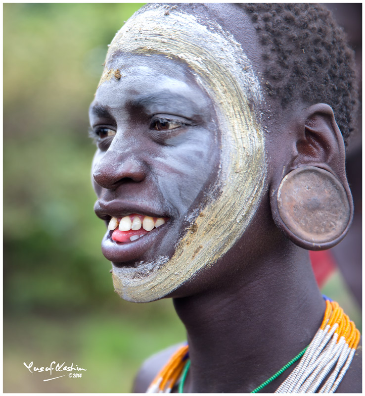 Suri Men pierce their ear lobes and also insert progressively larger clay plates into the opening in their ear lobes.